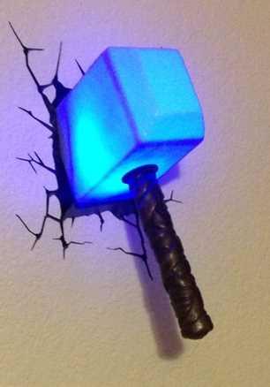 hammer von thor gefunden als lampe in einer wand
