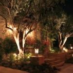Beleuchteter Garten mit Wandleuchten und Standleuchten