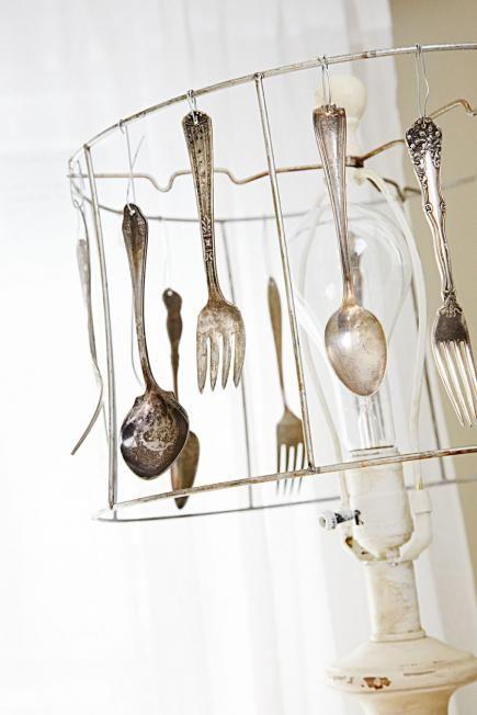 Anstatt mit Stoff kann ein Gestell eines Lampenschirms auch mit verschiedenen Besteckstücken behangen werden.