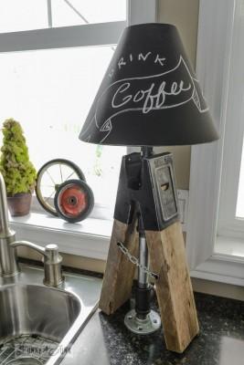 Bestreicht man einen Lampenschirm mit Tafellack, so hat man eine stilvolle und individuelle Stehleuchte.