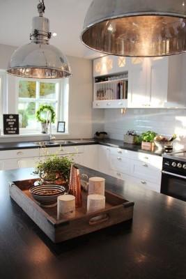 Große Industrieleuchten aus Metall bringen einen speziellen Charme in die Küche
