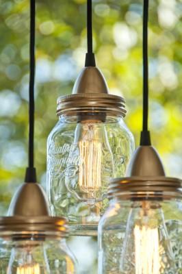 Einige Lampen in Einweckgläser aufzuhängen gibt eine schöne Leuchte.