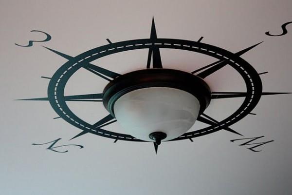 Eine Einfache Deckenleuchte Wird Maritim Gestaltet, Indem Man Um Sie Herum  Einen Kompass Malt.