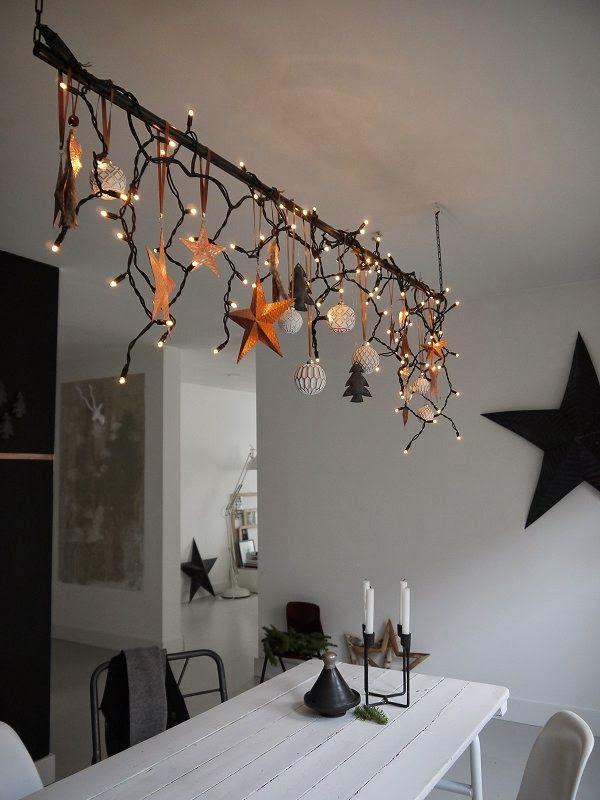 Um eine Stange über dem Esstisch wurde eine Lichterkette sowie weihnachtliche Deko-Elemente gewickelt und gehangen.