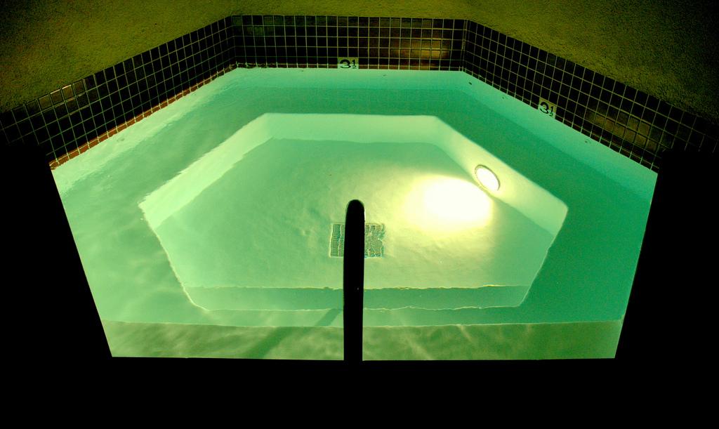 cool die richtige beleuchtung im pool. Black Bedroom Furniture Sets. Home Design Ideas