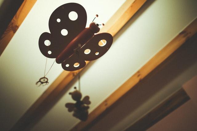 Eine Lampe in Schmetterlingsform hängt von der Decke