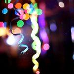 Luftschlangen leuchten im Partylicht