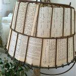 rustikale Lampe mit Schirm aus Papier und Metallkorb