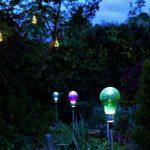 Solar-Partybeleuchtung steht und hängt in einem Garten