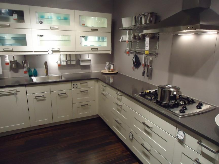 In einer Küche werden Halogen-Möbeleinbauleuchten verwendet.