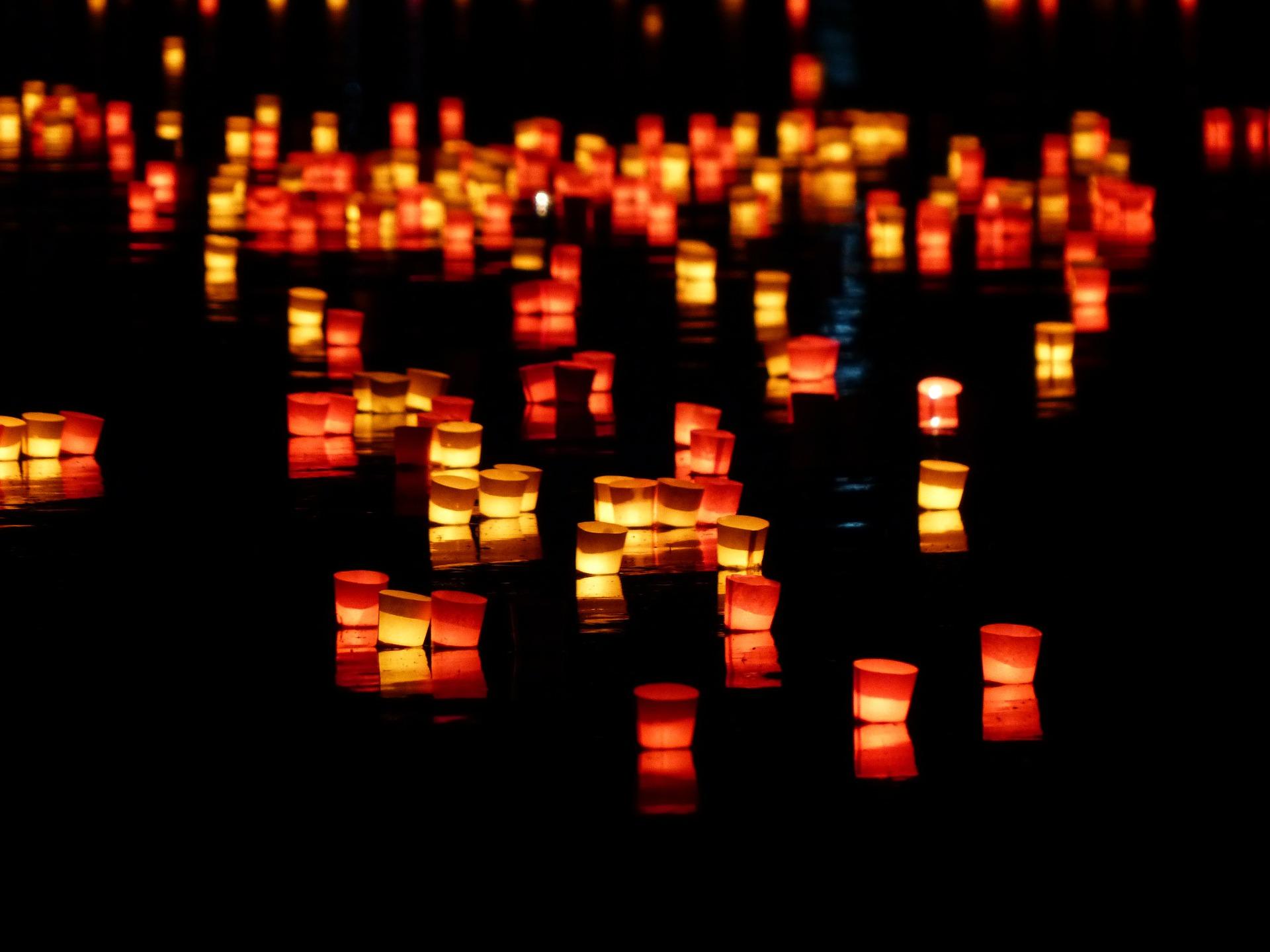 Kerzenlicht im Advent, man kann ein Sternenlicht als Weihnachtsdeko basteln.