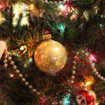 Ein geschmückter Weihnachtsbaum mit Lichterketten über und über - aber auch hier droht Feuergefahr!