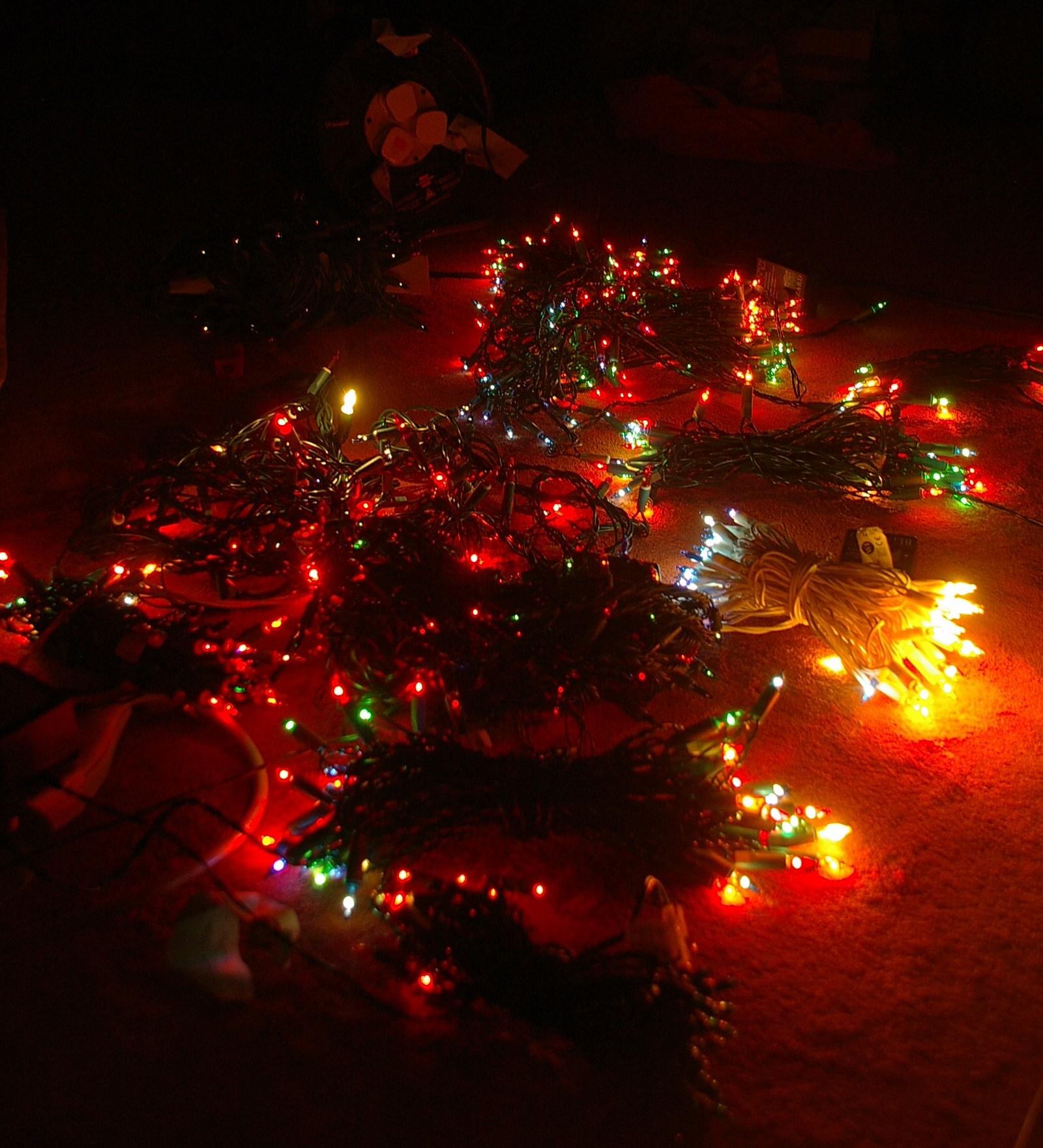 Damit sie keinen Monsterknoten bilden, gibt es viele Tipps zum richtigen Lichterketten verstauen