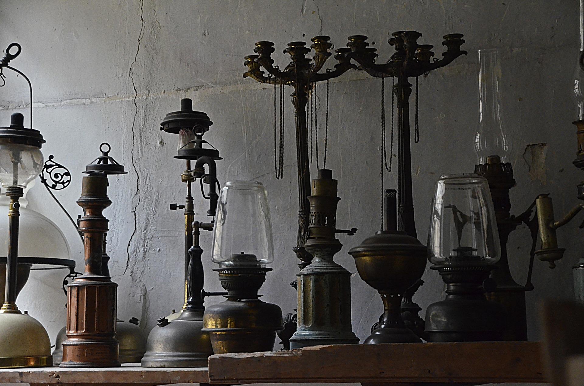 Alte Laternen und Leuchter auf einem Regal