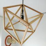 Holzlampen bauen mit Latten zu einem geometrischen Würfel als Lampenschirm