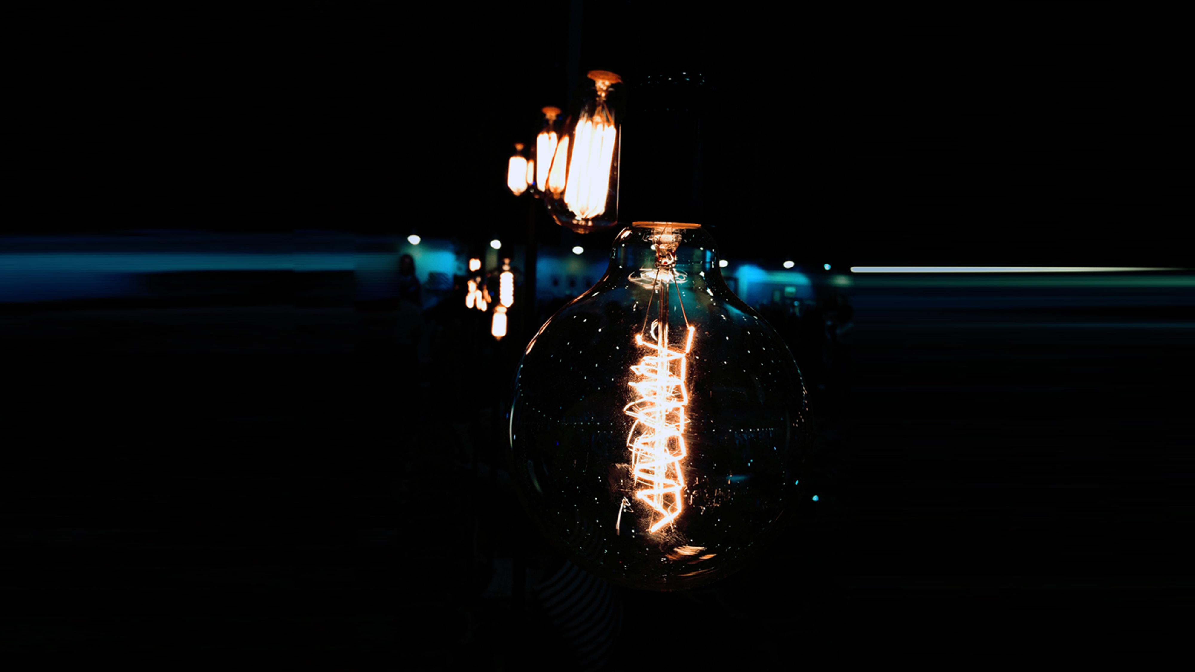 Vintage-Leuchten mit großen Glaskolben bringen den richtigen Steampunk Look