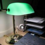 Eine Banker Lampe steht auf einem Schreibtisch