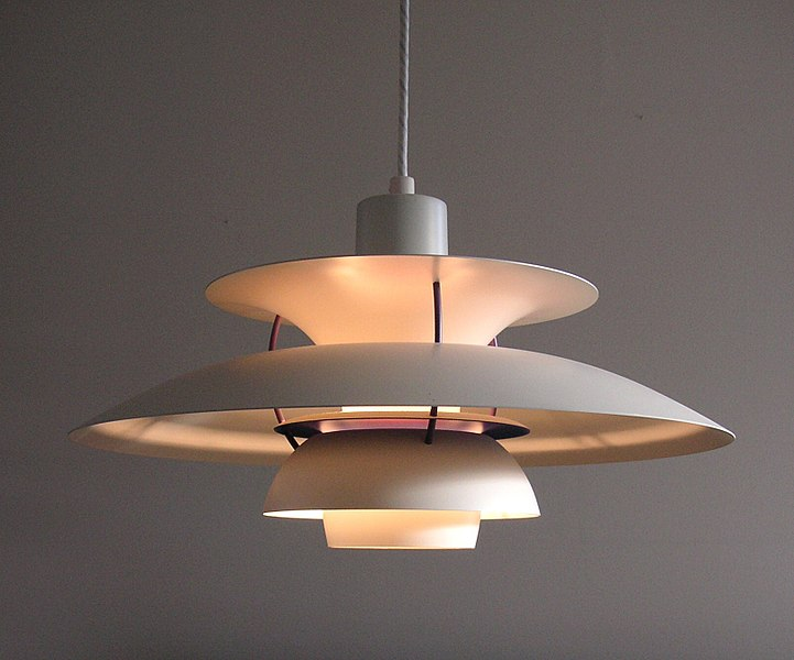 Eine PH 5 Deckenlampe in weiß strahlt indirektes, weiches, warmes Licht ab