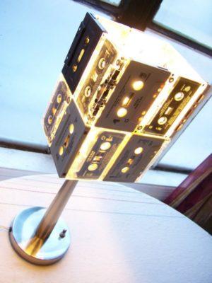 Mehrere zusammengeklebte Kassetten sind als Lampenschirm über eine Tischleuchte gestülpt
