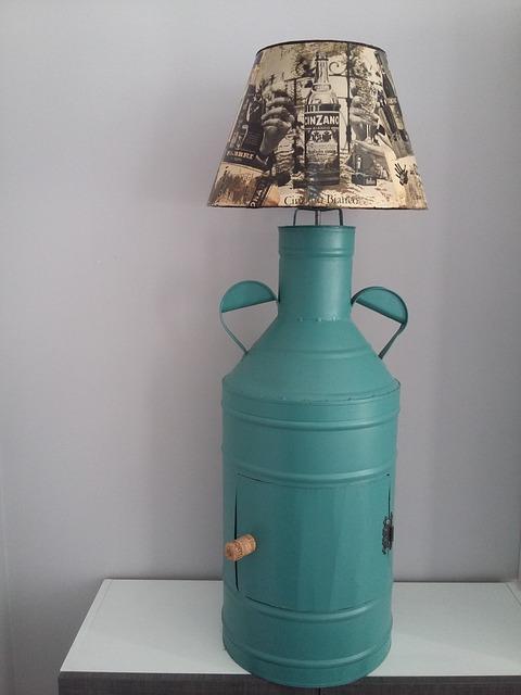 Eine Upcycling Lampe, die aus einer alten Milchkanne besteht, auf die ein Lampenschirm aufgesetzt ist.