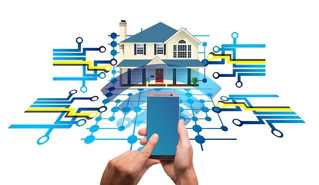 Ein Smartphone in einer Hand vor einer Abbildung von einem Smarthome