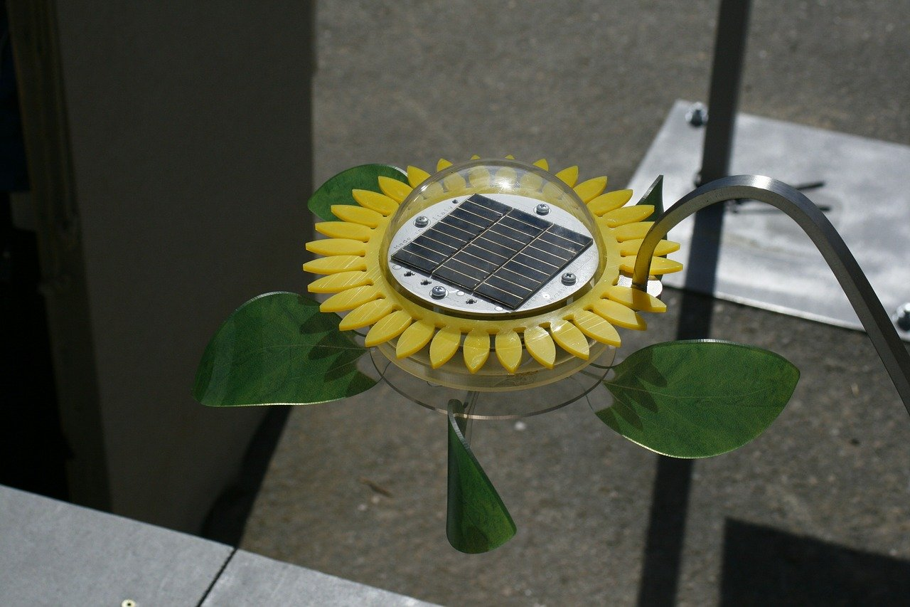Photovoltaikzellen auf Gartenleuchte in Form einer Sonnenblume