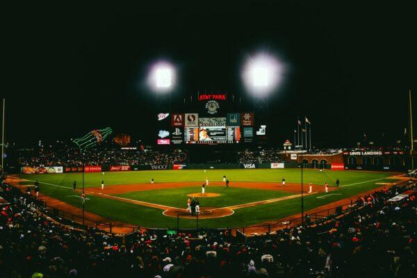 Ein Baseballfeld inklusive Zuschauertribüne wird von Licht durchflutet