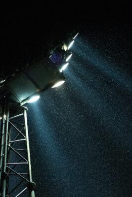 Ein Flutlichtstrahler leuchtet in die Nacht