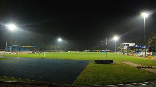Ein Fußballplatz wird von asymmetrischen Strahlern beleuchtet