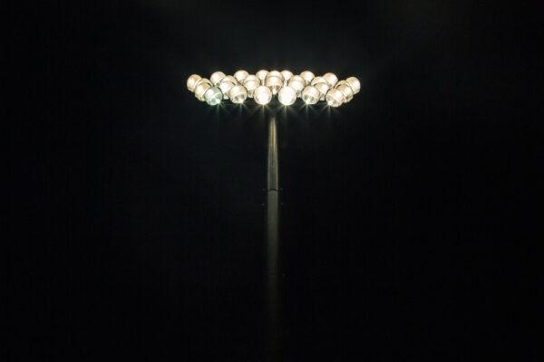 Ein Flutlicht bei Nacht