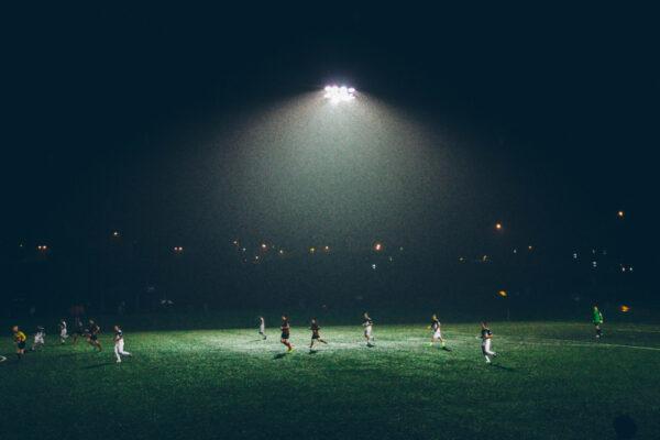 Ein Sportplatz wird von einer symmetrischen Lichtquelle erhellt