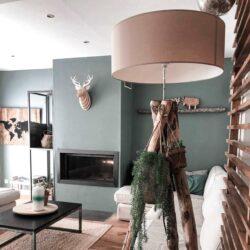 Skandinavisch eingerichtetes Wohnzimmer mit Tripod-Stehlampe aus Echtholz