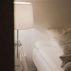 weiße Tripod-Stehleuchte im Stativlook und einem weißen Lampenschirm aus Stoff